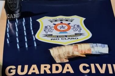 Homem é preso e uma adolescente é apreendida por tráfico de drogas, no Araucária