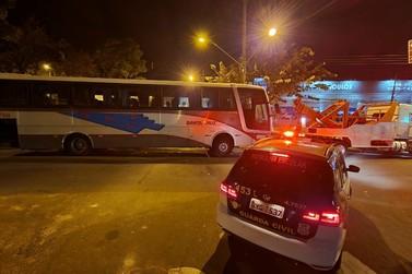 Ônibus abandonado em via pública é retirado pela Guarda Municipal, em Rio Claro