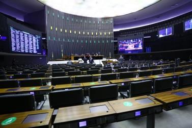 Câmara rejeita 'distritão' e aprova em primeiro turno PEC que resgata coligações