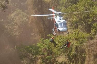 Helicóptero Águia socorre vítima de queda de cachoeira de 10 metros
