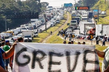 Caminhoneiros realizam greve nesta madrugada, em Rio Claro
