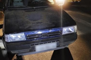 Carro roubado é abandonado em via pública