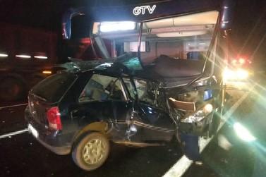 Acidente grave entre carro e ônibus deixa três mortos nesta madrugada