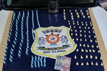 Adolescente vendendo drogas é flagrado pela Guarda Civil no Recanto Paraíso