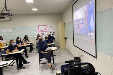 Ganhador do Nobel de Física é entrevistado por alunos da região