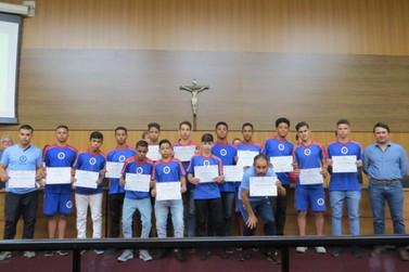 Nabuco homenageia atletas da equipe de Futebol