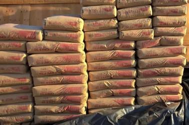 Polícia recupera parte de carga de cimento de distribuidora alvo de golpe
