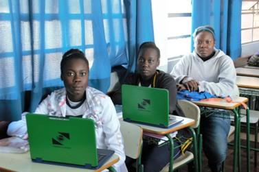 Professora usa tecnologia em sala para ensinar irmãs haitianas