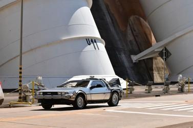 """Carro do filme """"De Volta para o Futuro"""" faz pit stop na usina de Itaipu"""