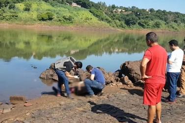 Jovem é encontrado morto no Rio Paraná com marcas de tiros e facadas, diz PM