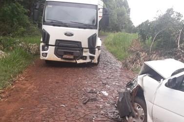 Mulher morre após acidente envolvendo carro e caminhão