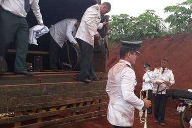 Na inauguração de ponte em Hernandarias, músicos chegam sujos de poeira