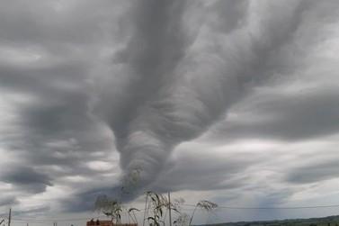 Nuvem rolo chama atenção em Assis Chateaubriand