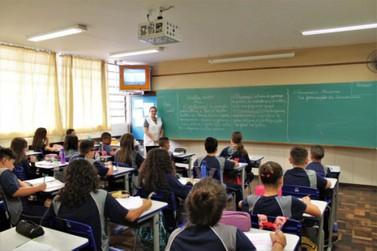 Líder do governo diz que aulas só retornam quando for seguro para todos