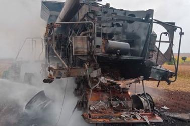Colheitadeira é destruída após incêndio no interior de Assis Chateaubriand
