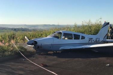 Duas pessoas ficam feridas após pouso forçado de avião em área rural