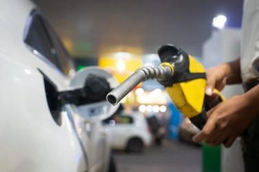 Após 6 altas, Petrobras reduz preço da gasolina pela 1ª vez no ano