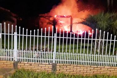 Casa é destruída em incêndio no interior de Santa Helena