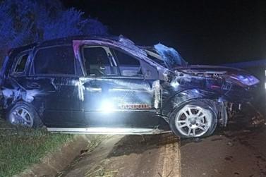 Motorista morre após perder controle da direção, bater em mureta e capotar