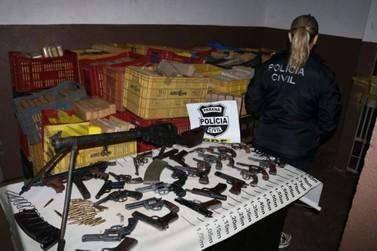 Polícia apreende quase 2 toneladas de maconha, fuzil, pistolas e revólveres