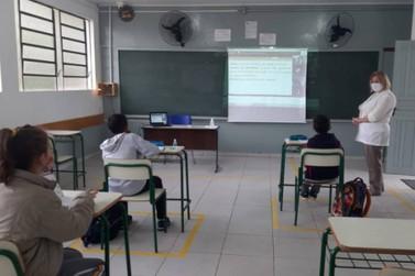 Todos os colégios estaduais do Paraná devem retomar ensino presencial até julho
