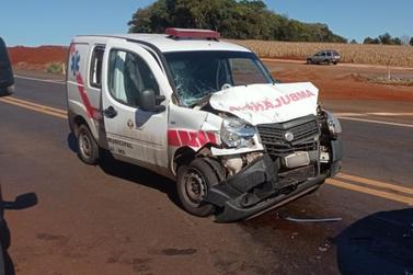 Colisão envolvendo ambulância e Hilux deixa três feridos na BR-467 em Toledo