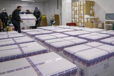 PR recebe 298,2 mil vacinas da AstraZeneca; lote contém apenas segundas doses