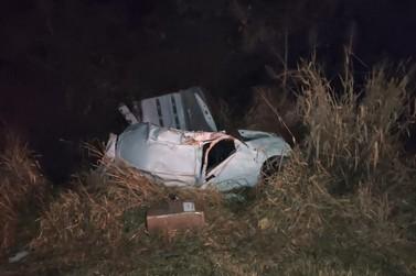 Veículo carregado com contrabando capota na BR-163 e condutor morre