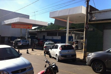 Começa a faltar combustível em Santa Rita e filas nos postos  fecham ruas