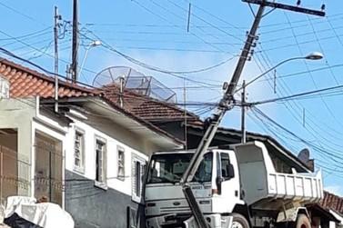 Mais de 600 colisões de veículos em postes deixaram 85 mil clientes sem energia