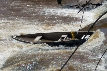 Barco é encontrado tombado no Rio Sapucaí após denúncia ao Corpo de Bombeiros