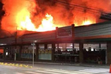 Fogo está destruindo unidade da rede de Supermercados Alvorada em Pouso Alegre