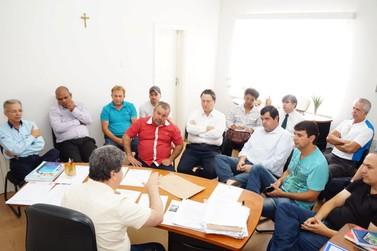 Vereadores se reúnem com prefeito em busca de informações