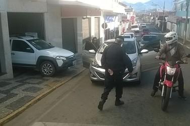 Motorista estaciona carro no meio da rua em Santa Rita do Sapucaí