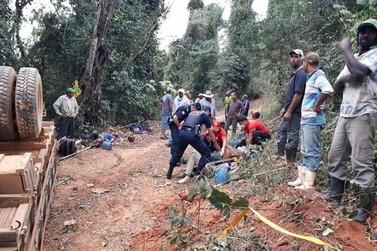 Caminhão com trabalhadores rurais tomba na zona rural de Santa Rita do Sapucaí