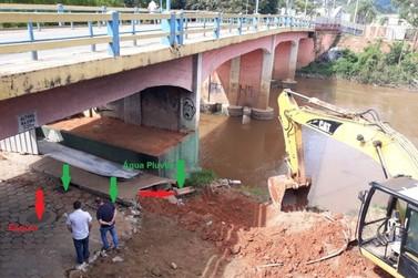 Obra de construção da passarela revela duto que despeja esgoto in natura no rio