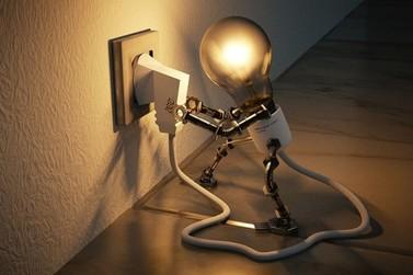 Com população em casa, especialista dá dicas de economia de energia