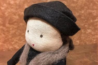 """Projeto """"Uma boneca por dia por 100 dias"""" faz homenagem à Sinhá Moreira"""