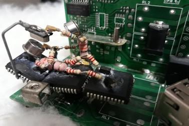 Componentes eletrônicos descartados viram miniesculturas nas mãos de artesão