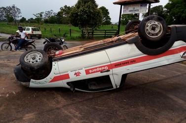 Carro capota próximo ao distrito de Santana do Guaporé (Fotos)