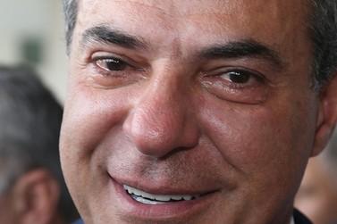 Beto Richa chora ao dar adeus ao governo do Estado