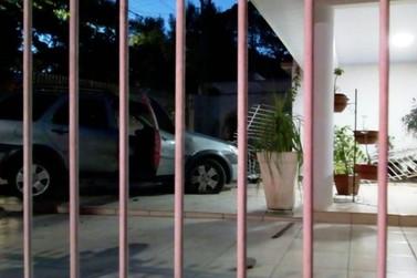 Após colisão, carro derruba portão e para na garagem de casa em Umuarama