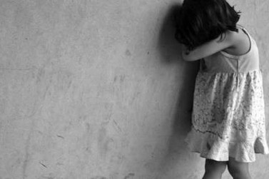 Criança de dois anos é encontrada abandonada na porta de casa
