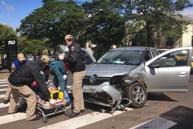Colisão entre veículos deixa mulher ferida no centro de Umuarama