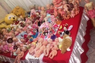 Conheça a história da mulher que restaura bonecas para doar a crianças carentes