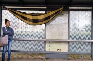 Homem é flagrado dormindo em rede instalada em ponto de ônibus