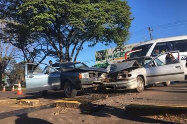 Mulher fica ferida em acidente envolvendo dois veículos em Umuarama