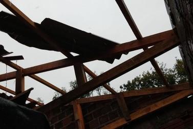 Com 30 casas destelhadas, Cruzeiro do Oeste pede doações a famílias atingidas