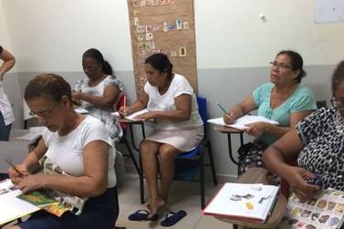 Grupo de professoras promove aula de alfabetização para idosos