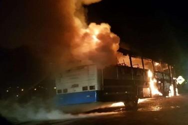 Ônibus fica destruído após incêndio em Assis Chateaubriand